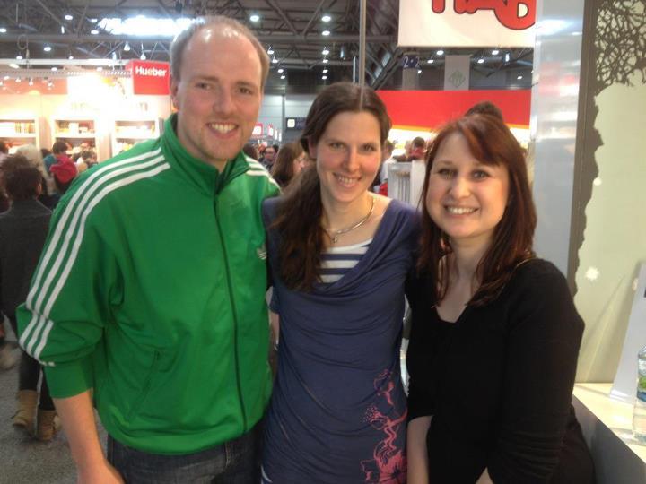 Auf der Leipziger Buchmesse 2012. Das Geile-Zeile Team (links Patrick und rechts Kadda) mit Bettina Belitz
