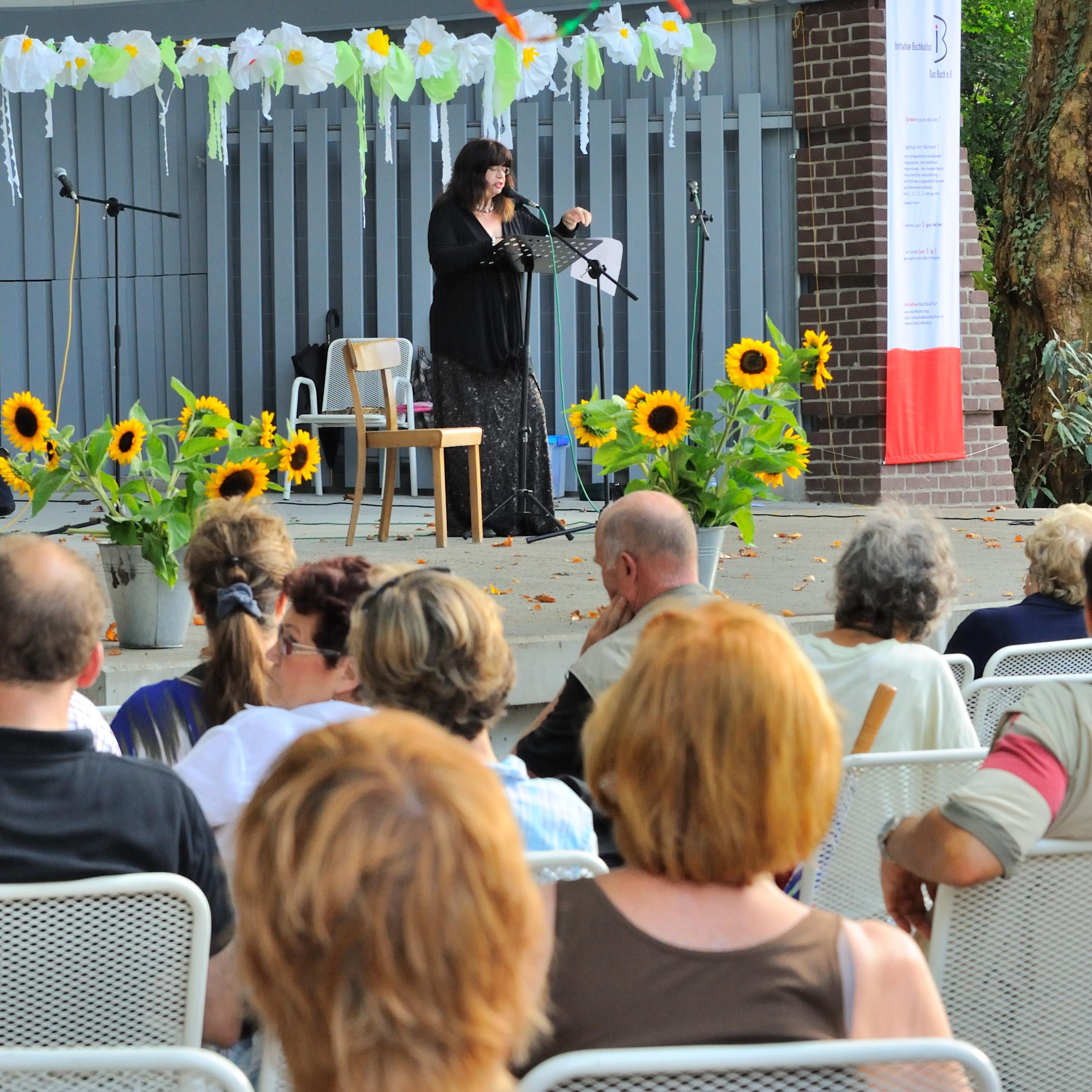 Claudia Schmid beim Sommerfest der Initiative Buchkultur 2011 in der Konzertmuschel im Ludwigshafener Ebertpark.