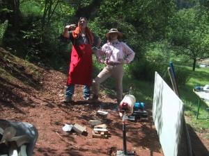 Christine Neumayer-Isselhardt beim Lammgrillen mit Freunden auf ihrem Grundstück im Pfälzer Wald